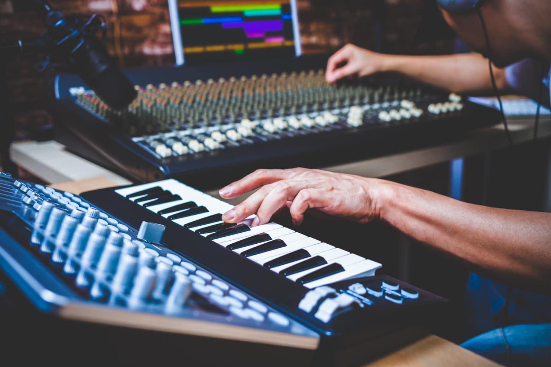 E-Piano an ein Mischpult