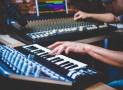 Wie schließt du ein E-Piano an ein Mischpult an?